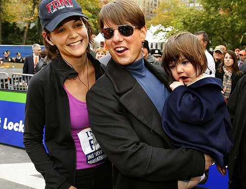MISSION IMPOSSIBLE: Scientologenes m�l er verdensherred�mme, og Tom Cruise er sektens fremste v�pen. Her er Cruise sammen med kona Katie Holmes (som nettopp har avsluttet New York Marathon) og deres datter Suri. Forfatter Andrew Morton hevder i sin uautoriserte Cruise-biografi at Holmes ble inseminert med L. Ron Hubbards spermier, og at Suri s�ledes nedstammer direkte fra scientologikirkens grunnlegger.