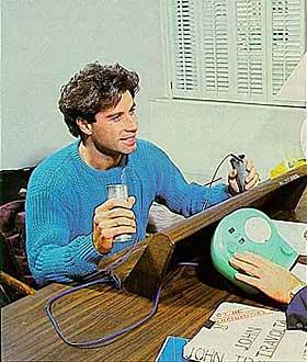STAYING ALIVE: John Travolta er en av scientologikirkens mer profilerte medlemmer. Her tar han den obligatoriske testen p� E-meteret.