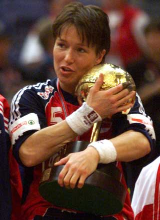 VM-GULLET PÅ HJEMMEBANE: Susann Goksør Bjerkrheim med et godt tak rundt VM-pokalen hun og de andre jentene vant i 1999.