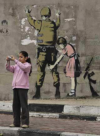 MALTE P� MUREN: I desember i fjor lagde han denne grafittien til muren i Bethlehem.