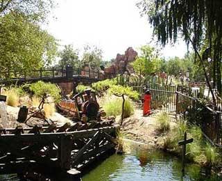 KRITISK: I september plasserte Banksy en dukke, ikledd oransje fangedrakt og hette over hodet, i Disneyland i California.