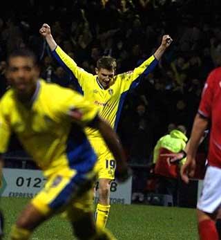 HAR JUBLET FOR SISTE GANG: Her jubler Tore Andr� Flo i en av hans siste kamper som fotballspiller, mot Crewe i januar.