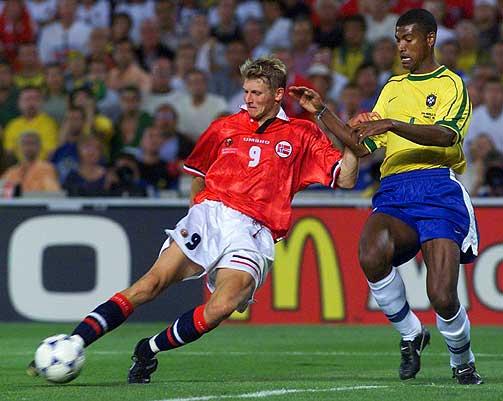 SCORINGEN VI ALDRI GLEMMER: Tore Andr� Flo scorer her mot Brasil i 1998-VM.