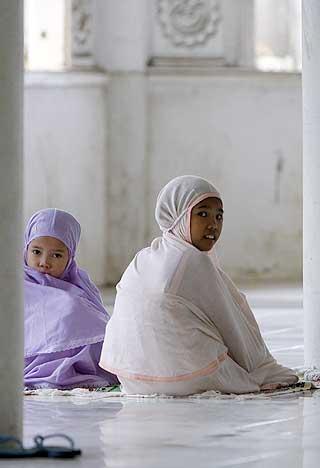 VENTER PÅ FREDAGSBØNNEN: Jenter i Marawai, den eneste muslimske byen på Fillippinene. Majoriteten av alle kvinner i omtrent alle landene som er undersøkt, mener at kvinner bør ha de samme juridiske rettighetene som menn.