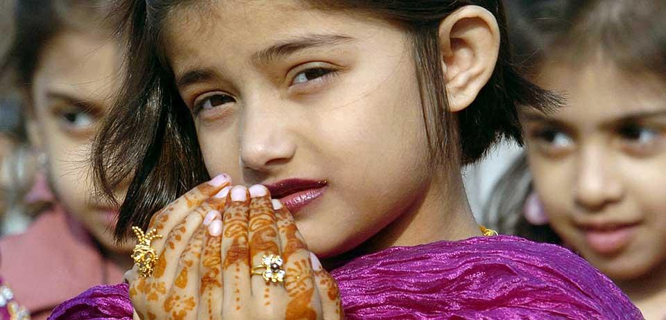 HVA TENKER DE? Pakistanske jenter feirer den religiøse festen. Verdens muslimske befolkning ønsker seg demokrati, og uttrykker at religion er helt sentralt i deres liv viser den største studien av muslimers holdninger noen gang gjennomført.
