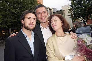 PREMIERENERVER: Statsministeren med kona Ingrid Schulerud og s�nnen Axel p� premieren til Annie 2, hvor Stoltenbergs datter Catharina hadde en av rollene.