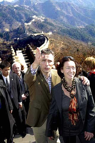 Mot �st: Statsministeren og hans kone, Ingrid Schulerud, bes�kte Kina i fjor v�r. Her er de p� den kinesiske mur.