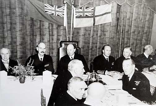 Celebert: Kong Haakon og kronprins Olav på besøk, trolig i 1943, i engelske «The Anchorites». Klubbpresident George Pettigrew-Smith sitter mellom kongen og kronprinsen.