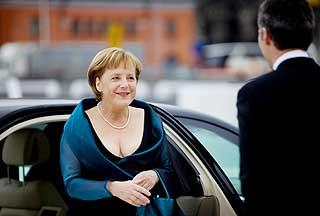 Tysklands f�rste kvinnelige kansler, Angela Merkel, ble tatt i mot av Jens Stoltenberg.