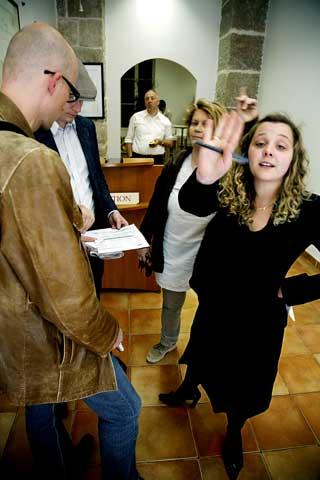 NEKTER INNSYN:  Dagen før hadde Caroline(til høyre), som nektet å oppgi etternavnet,invitert Dagbladet til å besøkescientologsektens filial i Nice hvor KajaBordevich Ballo tok personlighetstestenbare timer før hun tok sitt eget liv. I gårhenviste Caroline bare til Paris-kontoret.