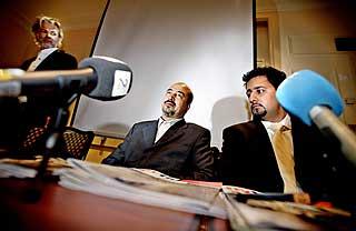 Bokhandleradvokaten: Abid og Shah Muhammad Rais p�pressekonferansen hvor det ble kjent at Rais bokdebuterte.