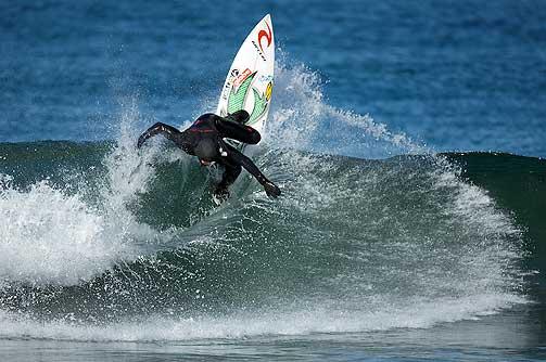 ISKALD SURFING: Europamester Pablo Guiterrez leker seg i en liten bølge på Unstad.