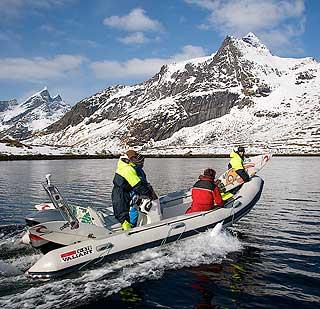 PÅ JAKT ETTER BØLGER: Searchteamet: Per Freisberg bak rattet, Elise, Tom og Jayce i båten.