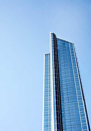 Oslo Plaza: Norges høyeste, men slettingen skyskraper.- Norske høyhus harmellom 15 og 25 etasjer. De blir ikkehøye nok. De blir noen feite geitoster istedet for de høye, slanke, elegantehøyhusene man ser andre steder. Inntilvi får til de høye, flotte høyhusene, så serjeg ingen grunn til å bygge flere høyhusher i landet, sier sivilarkitekt Ketil Kiran.