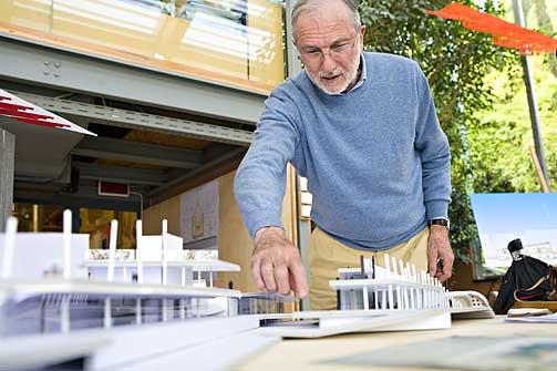 Miniversjonen: Renzo Piano med modellen av det nye museet på Tjuvholmen.
