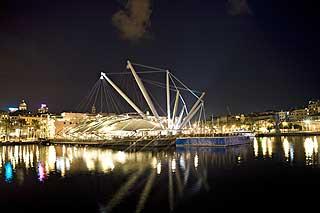 Leketøyet Bigo: Før var det tung verftsindustri som preget havna i Genova.Så tegnet Renzo Piano Bigo, et slags langbeint fabelinsekt fortøyd ved kaia, med en utkikksheis som gir utsikt over den bratte, gamle byen.