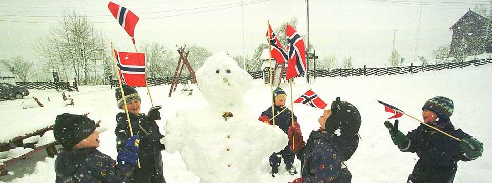 I 1999: Barna i Skistua barnehage ved Frognerseteren laget snømann mens snøen lavet ned noen dager før 17. mai.