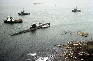 KALD KRIG: Svenskene var ikke paranoide helt uten grunn: Bildet er fra oktober 1981, da den sovjetiske ub�ten U-137 gikk p� grunn utenfor Karlskrona og m�tte slepes l�s av den svenske marinen.