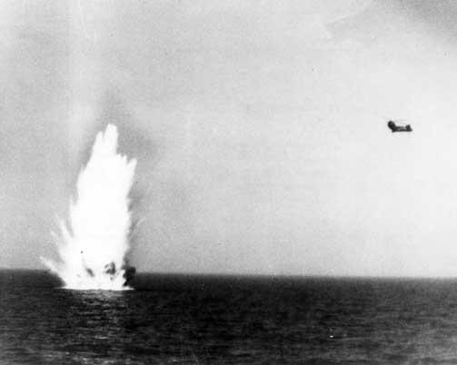 MENTE ALVOR: Den svenske marinen brukte tungt skyts som synkeminer i jakten p� det de var overbevist om var en russisk ub�t. Her fra 3. oktober.