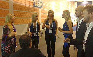SNART TIL PERS: Maria Haukaas Storeng (t.v.) og de andre nordmennene varmer opp backstage.