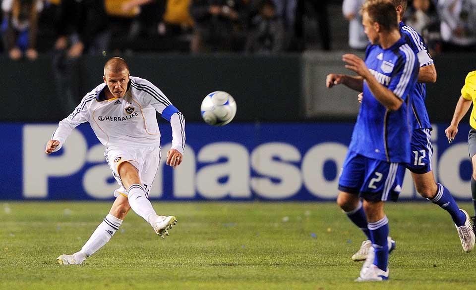 FIKK DR�MMETREFF: David Beckham har en h�yrefot de fleste fotballspillere i verden kan misunne ham. I natt viste han fram silkefoten ved � sette inn en scoring fra egen banehalvdel, fire minutter p� overtid.