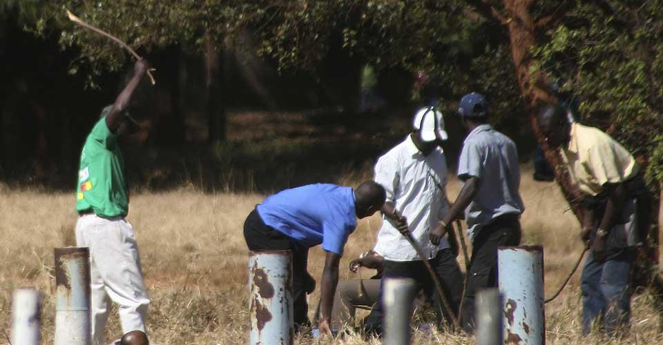 BANKET OPP: Medlemmer av regjeringsmilitsen banket opp opposisjonstilhengere i hovedstaden Harare i går.