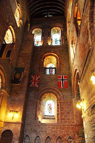 Kirken ble bygget til minne om Magnus Orknøyjarl. I 1917 ble Magnus' relikvier funnet i en kiste i en av veggene i denne kirken. Foto: Astrid Meland, Dagbladet