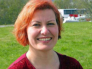 R�DT: Helga Pedersen med en heller eh� uheldig r�dfarge under valgkampen i 2002.