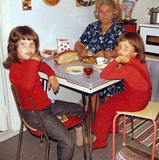 BES�K: Helga (til h�yre) og s�skenbarnet Anne Marit p� bes�k hos gammeltante Ellen.