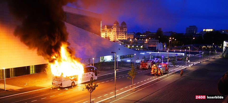 I FULL FYR: En turistbuss ble satt fyr på utenfor Operaen i Bjørvika. Sjåføren kom tilbake til en utbrent buss.