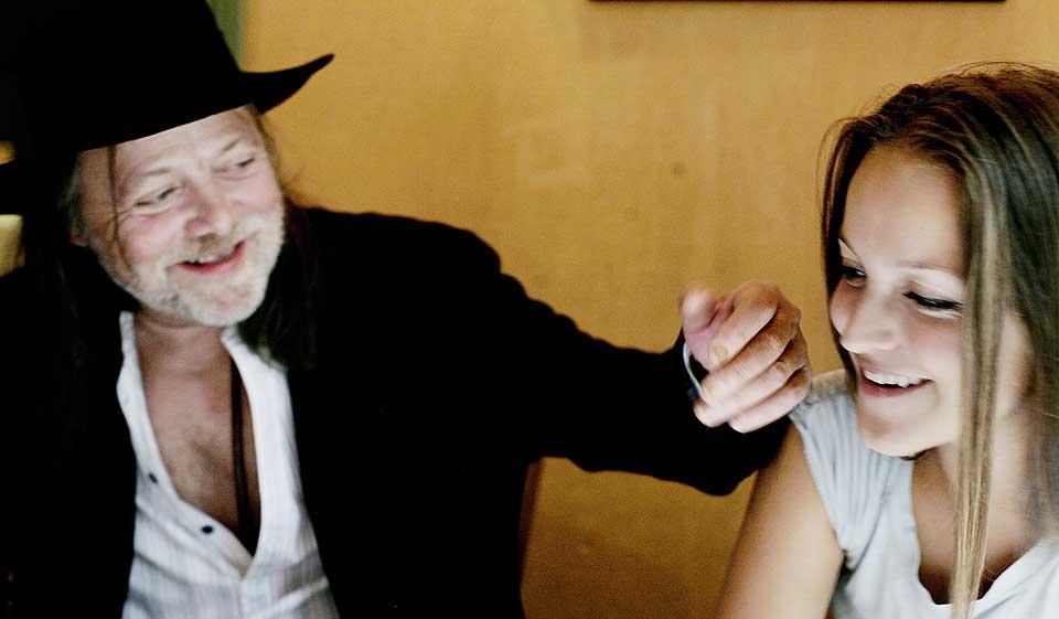 FAR OG DATTER: - Jeg har prøvd å fortelle begge døtrene mine at det finnes andre fornuftige ting å gjøre, sier Lillebjørn Nilsen. I kveld står han og datteren Siri på scenen på Rockefeller.