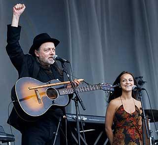MED PAPPA PÅ JOBB: Lillebjørn og Siri Nilsen på Bislet stadion som oppvarmingsband for Leonard Cohen tidligere i sommer.