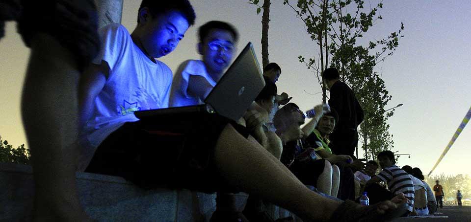 UNDERHOLDNING I K�EN: B�rbare PCer og spill fungerer som tidsfordriv, mens k�en for � f� kj�pt OL-biletter i Beijing sakte snegler seg av g�rde.