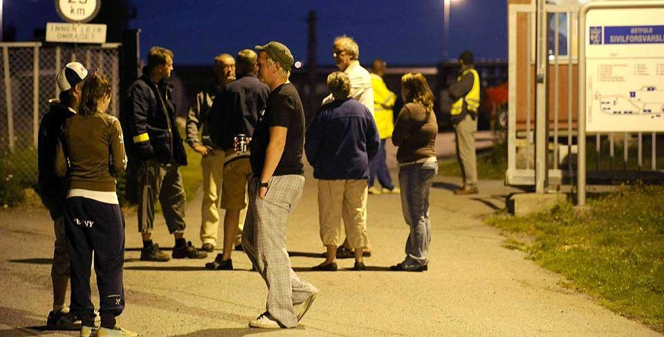 KAOTISK: Tilstandene utenfor Nordbybråten transittmottak var kaotiske natt. Da politiet kom til stedet hadde mobben forsvunnet.