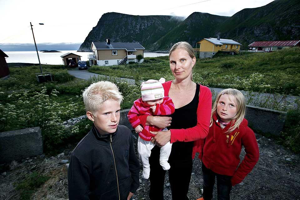 LEVER I FRYKT: Anna Mattila og barna Kristoffer, Linnea og Madelene Fur�y bor like ved vraket av �Murmansk�. Svigermor d�de av kreft i 2004, og flere naboer er rammet. N� frykter Anna at det er en sammenheng mellom kreften og vraket.