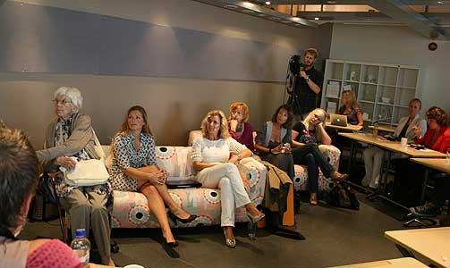 I EN SOFA FRA IKEA: Caroline Andersen (ytterst til høyre), Nina Grünfeldt, Astrid Gunnestad, Karita Bekkemellem, Martine Aurdal og Ebba Haslund stilye alle opp i dag. - Ikea tar PR'en sin til nye høyder, sier reklameekspert.