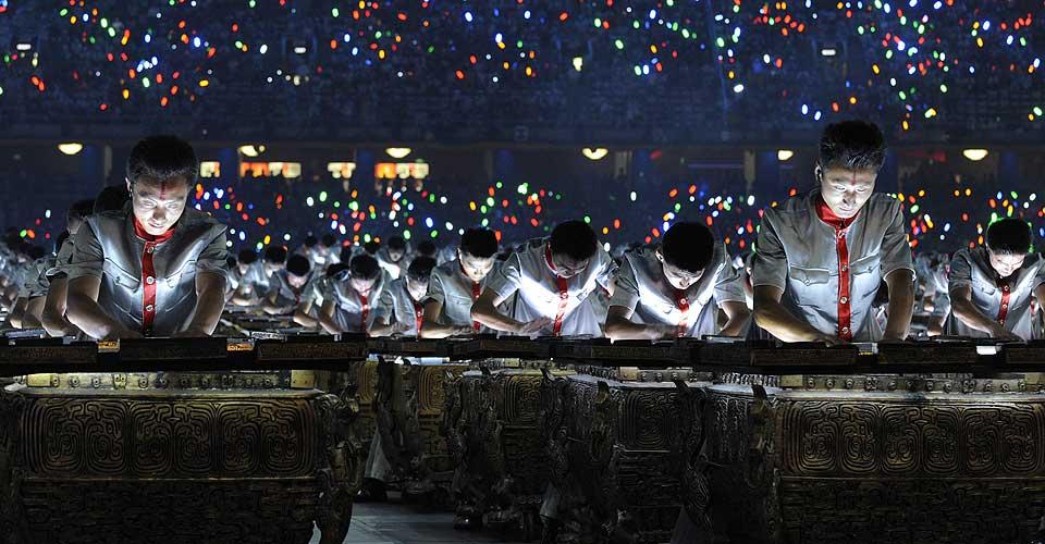 OL-FESTEN HAR BEGYNT:  Kinesiske artister opptrer under �pningsseremonien i Beijing. Beijing National Stadium tar 90 000 publikummere.