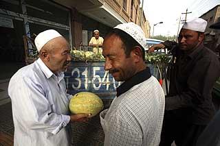 MUSLIMSK MINORITET: Uighurer i byen Kashgar i den vestlige Xinjiang-regionen. Mandag ble 16 politimenn drept i en terroraksjon i byen.