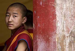 BUDDHISTENE: En buddhistisk munk utenfor Kumbun-klosteret i byen Xining, Qinghai-provinsen.