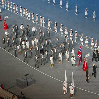 NORGE: Den norske troppen marsjerer rundt stadion i Beijing.