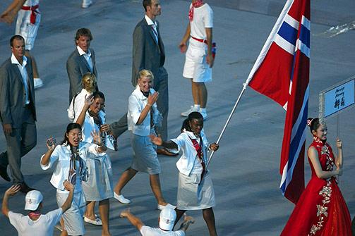 FLAGGBÆRER: Norges flaggbærer, Ruth Kasirye, bærer flagget under åpningsseremonien for OL i Beijing.