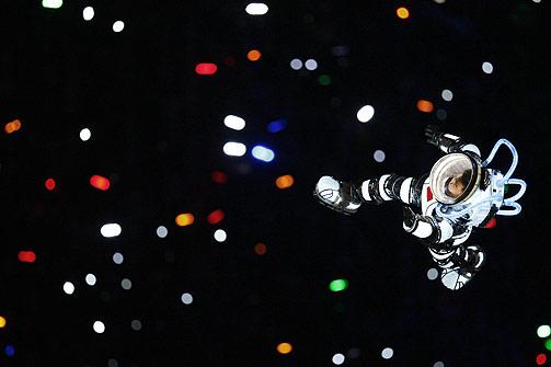 ASTRONAUT: En astronaut flyr over stadion i Beijing.
