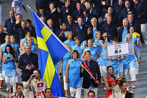 VENNER FRA ØST: Svenskenes OL-tropp på sin marsj rundt OL-stadion.