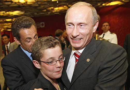CELEBERT BESØK: Frankrikes president Nicolas Sarkozy (t.v.) introduserer sin sønn, Louis, for Russlands statsminister Vladimir Putin.