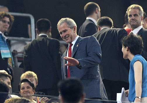 PÅ PLASS: USAs president George W. Bush var også på plass på åpningsseremonien. Bush ble den første amerikanske presidenten som besøkte et OL utenfor USA.