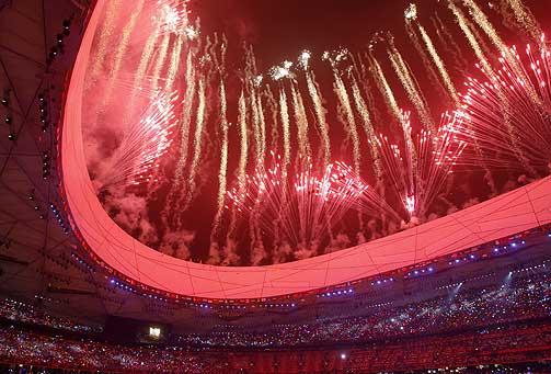 FYRVERKERI: Ettersom fyrverkeriet ble funnet opp i Kina, er det en naturlig del av åpningsseremonien.