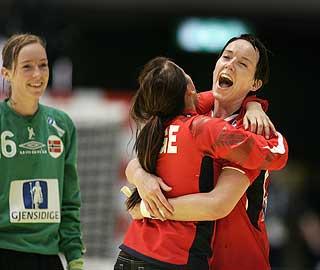 DA MAMMA SLUTTET: Mor fikk ikke fri for å følge Kristine (t.v) og Katrine( i keeperskjorta9 under EM i Sverige. Da sluttet hun.