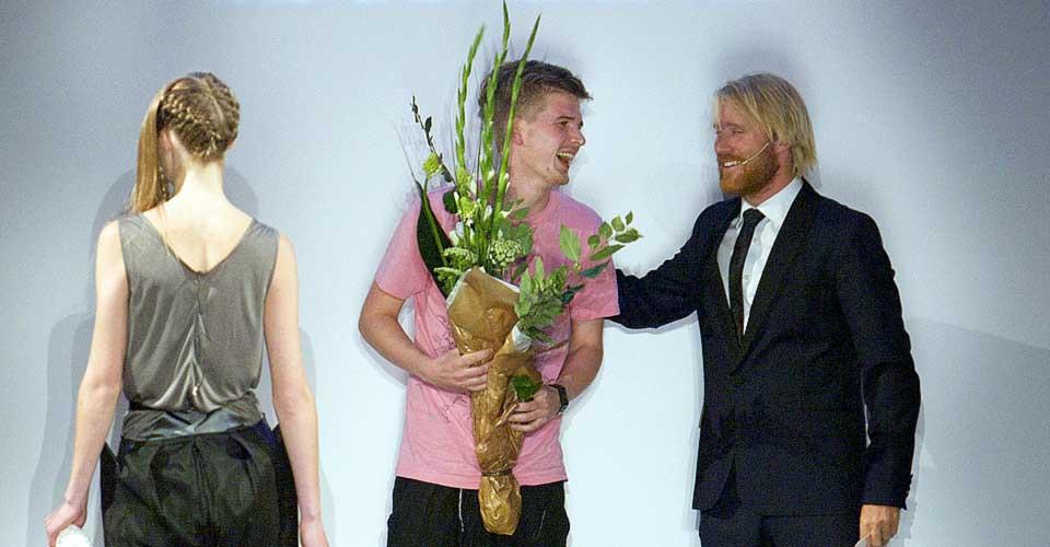UTVALGT: Kristofer Kongshaug fikk æren av å være sesongens debutant på åpningen av Oslo Fashion Week i kveld. Her gratuleres han av konferansier Thorbjørn Harr, mens siste modell bærer klærne hans over catwalken.