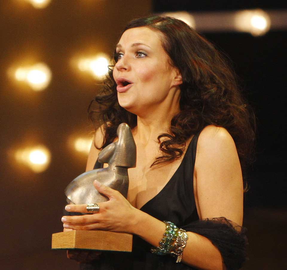 TAKKET: En tissetrengt Anni-Kristiina Juuso fikk prisen for beste kvinnelige skuespiller, etter rollen i Kautokeino-oppr�ret.