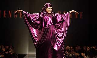 HUMOR: Humor har v�rt et viktig virkemiddel for Rehman i prosessen med boka. Her er hun konfransier under Oslo Fashion Week i 2007.
